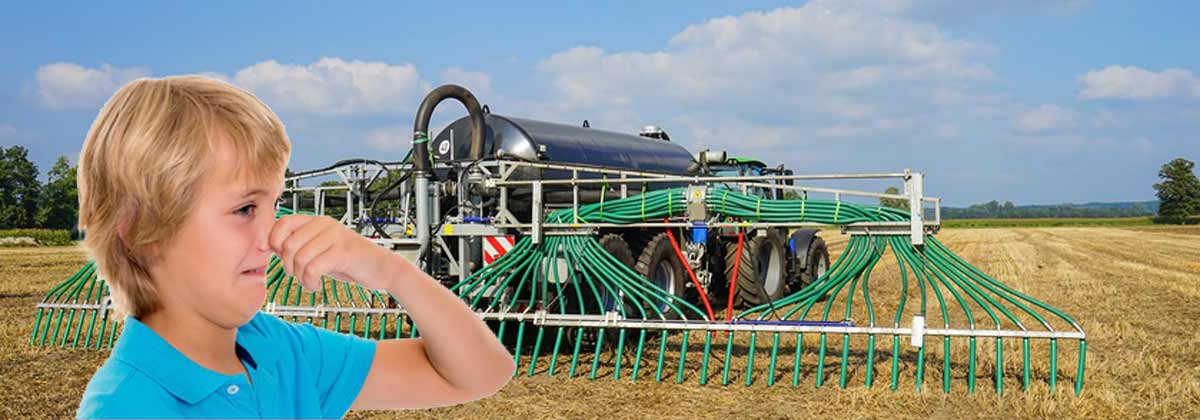 Ein Landwirt bringt seine Gülle bodenschonend mit Schleppschläuchen aus.